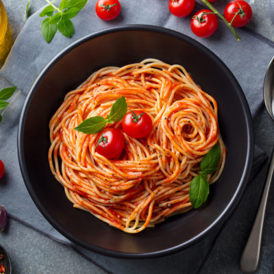 Leckere Pasta mit Tomaten und Basilikum